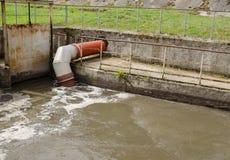 Leda i rör flöde för förlorat vatten och för avskräde för stadskloak röret royaltyfri fotografi