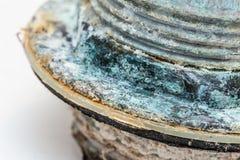 Leda i rör korrosion och kopparsulfatet som är rostiga från vattenmineral fotografering för bildbyråer