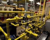 leda i rör ventiler för bränsle Arkivbild