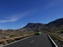 ledande öppen vägteide tenerife till vulkan Slingrig bergväg i härligt landskap på Tenerife som visar vulkan Teide Arkivbild