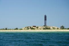 Ledande fyr - nautiskt tecken på kusten av den Tendra ön Royaltyfri Fotografi
