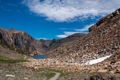 Ledande linjer av fotvandra slingor för smuts till Helen Lake av handfatet för 20 sjöar som vandrar område av den Kalifornien top royaltyfri foto