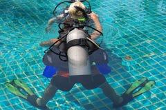 ledande scuba för dyk till royaltyfria foton