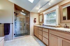 Ledar- badruminre med stor fåfänga för dubbel vask Royaltyfria Foton