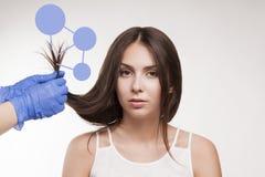 Ledar- behandling för hår för frisörtillvägagångssättolja för kvinna Begreppsbrunnsortsalong royaltyfria foton