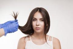 Ledar- behandling för hår för frisörtillvägagångssättolja för kvinna Begreppsbrunnsortsalong fotografering för bildbyråer