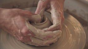 Ledar- bilskrälle på den idérika processen i studio Vridet hjul för keramiker` s lager videofilmer