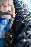 Grabb som kontrollerar dykningequipmeneten. arkivbilder