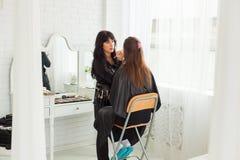Ledar- görande anlete för smink inomhus Royaltyfri Foto
