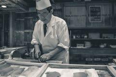 Ledar- sushikock som förbereder nya Tuna Nigiri royaltyfri foto