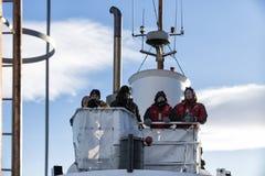 Ledare av det wathcing fartyget för val på skeppsdocka på skeppet i Husavik, Island Royaltyfria Bilder