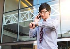 Ledare bråttom, affärsman som förestående ser hans klocka, royaltyfri bild