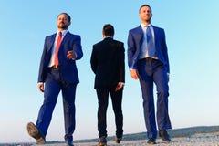 Ledare framlägger skillnader i sikter Affärsmän med säkra framsidor royaltyfri foto