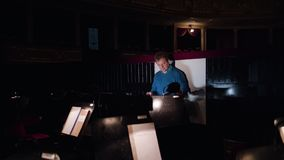 Ledare i en orkester Pit Studies Sheet Music Royaltyfria Bilder
