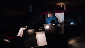 Ledare i en orkester Pit Studies Sheet Music Arkivbilder