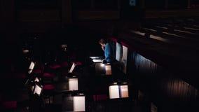 Ledare i en orkester Pit Studies Sheet Music Royaltyfri Bild