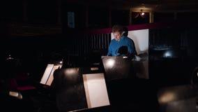 Ledare i en orkester Pit Studies Sheet Music Arkivfoton