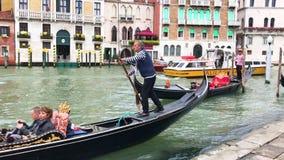 ledare Juni 2019 italy venice Sikt av Grand Canal i Venedig, Italien Gondoljärer på gondoler stock video