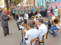Ledare och hans mässingsmusikband av elever fotografering för bildbyråer