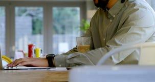 Ledare som använder bärbara datorn i kafét 4k arkivfilmer