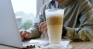 Ledare som använder bärbara datorn i kafét 4k stock video