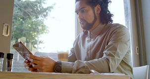 Ledare som använder den digitala minnestavlan i kafét 4k lager videofilmer