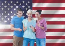 Ledare som använder den digitala minnestavlan mot amerikanska flaggan Royaltyfria Bilder