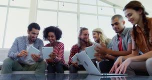 Ledare som använder den digitala minnestavlan och bärbara datorn 4k stock video