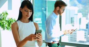 Ledare som använder mobiltelefonen arkivfilmer