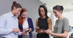 Ledare som använder mobiltelefonen i kontoret 4k stock video