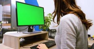 Ledare som använder skrivbords- PC på skrivbordet 4k lager videofilmer