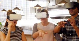 Ledare som använder virtuell verklighethörlurar med mikrofon 4k arkivfilmer