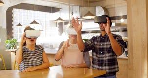 Ledare som använder virtuell verklighethörlurar med mikrofon 4k lager videofilmer