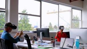Ledare som använder virtuell verklighethörlurar med mikrofon på skrivbordet lager videofilmer