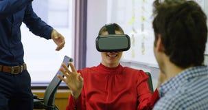 Ledare som använder virtuell verklighethörlurar med mikrofon på skrivbordet 4k lager videofilmer