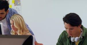 Ledare som arbetar på skrivbordet 4k stock video