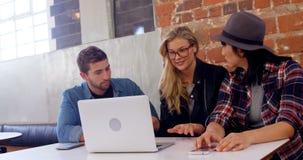 Ledare som diskuterar över bärbara datorn 4k stock video