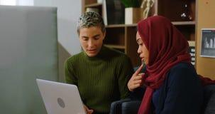 Ledare som diskuterar över bärbara datorn 4k lager videofilmer