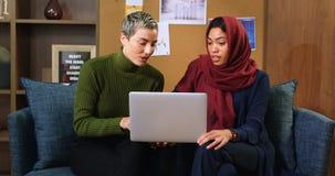 Ledare som diskuterar över bärbara datorn 4k arkivfilmer
