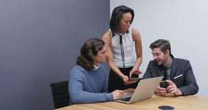 Ledare som diskuterar över bärbara datorn på skrivbordet 4k stock video