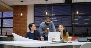 Ledare som diskuterar över bärbara datorn på tabellen 4k stock video