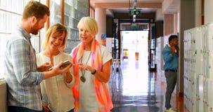 Ledare som diskuterar över den digitala minnestavlan i korridoren 4k arkivfilmer