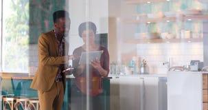 Ledare som diskuterar över den digitala minnestavlan 4k arkivfilmer
