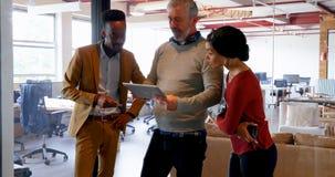 Ledare som diskuterar över den digitala minnestavlan 4k lager videofilmer