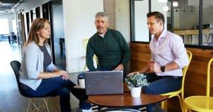 Ledare som diskuterar över en bärbar dator 4k arkivfilmer