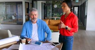 Ledare som diskuterar över ritning på tabellen 4k stock video