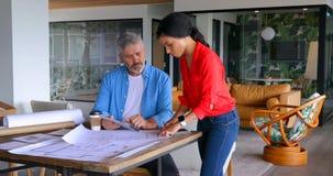 Ledare som diskuterar över ritning på tabellen 4k lager videofilmer