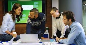 Ledare som diskuterar på bärbara datorn i konferensrum 4k arkivfilmer