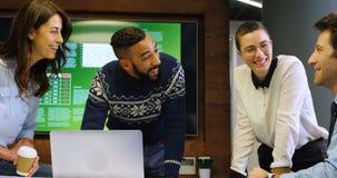 Ledare som diskuterar på bärbara datorn i konferensrum på kontoret 4k lager videofilmer
