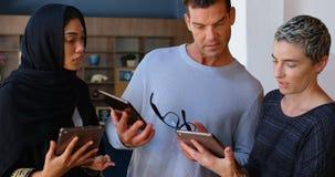 Ledare som diskuterar på den digitala minnestavlan 4k stock video